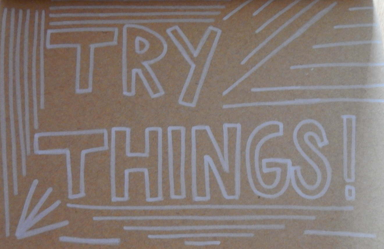 Texte écrit à la main : « Try things ».