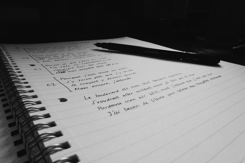 Cahier et stylo.