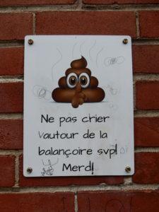 Affiche vandalisée.