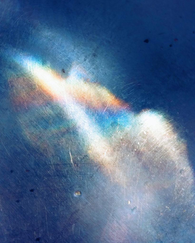 Reflet arc-en-ciel dans un évier.