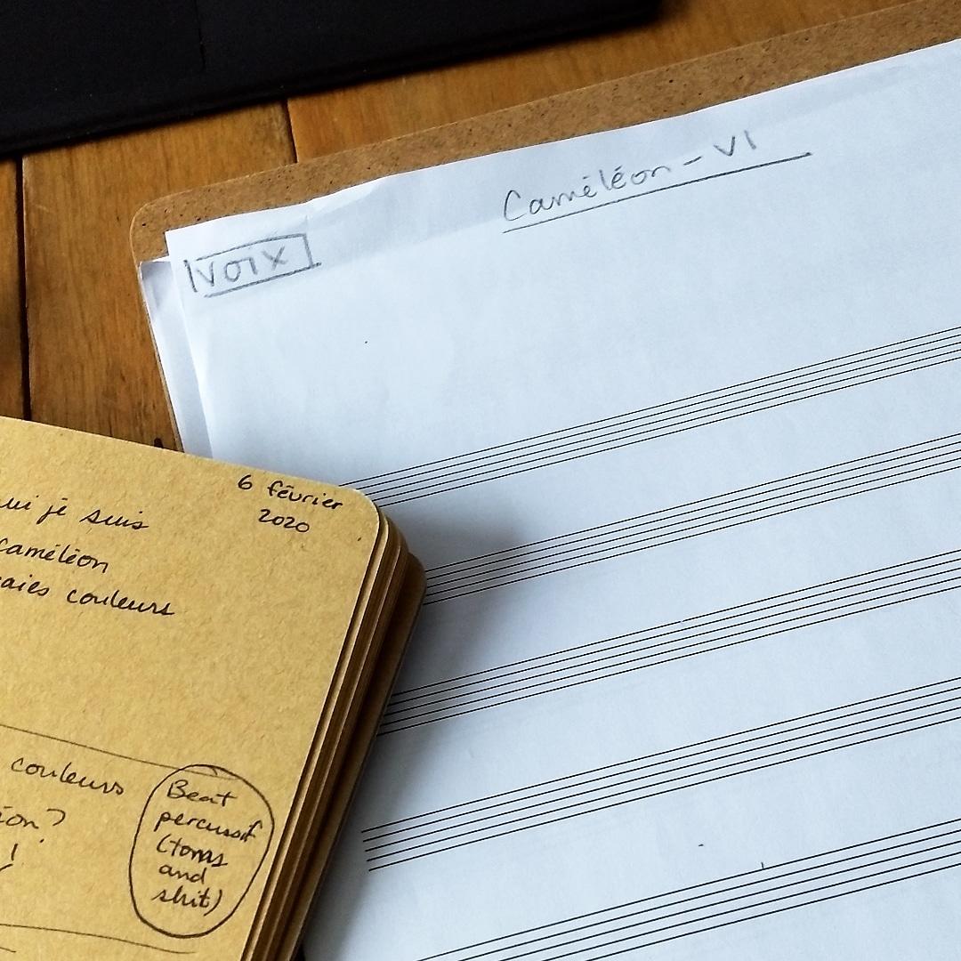 Cahier et feuille de partition vierge.