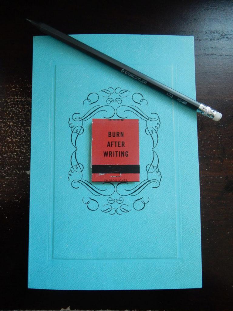 Livre Burn After Writing de Sharon Jones.